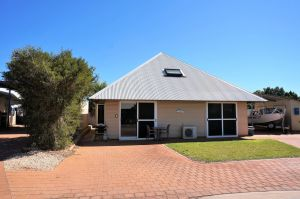 Osprey Holiday Village Unit 103/1 Bed - Perfect short stay apartment with King size bed - Sunshine Coast Tourism